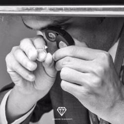 Come si fa a valutare il prezzo di un anello con diamante rosa?